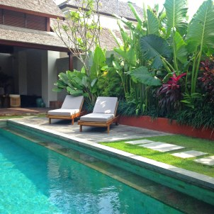 Daybeds_by_the_Pool